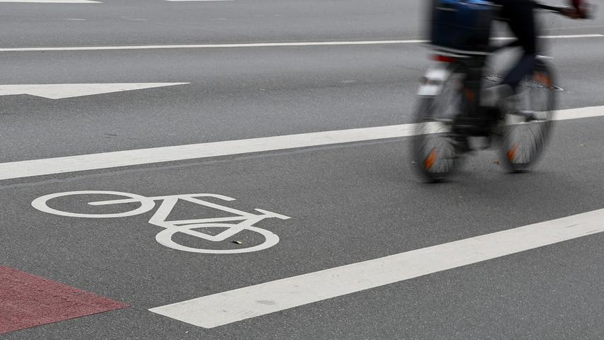 Mit der Einführung eines neuen Verkehrszeichens sollen die Straßenverkehrsbehörden der Länder in Zukunft ein Überholverbot von Radfahrenden zum Beispiel an Engstellen anordnen können. Der ADFC begrüßt die Vorgabe, betont aber auch: Ein guter Schritt, er muss aber mit deutlicher Sensibilisierung der motorisierten Verkehrsteilnehmenden einhergehen, von denen Radfahrende häufig als Störfaktor und nicht als gleichberechtigt wahrgenommen werden.