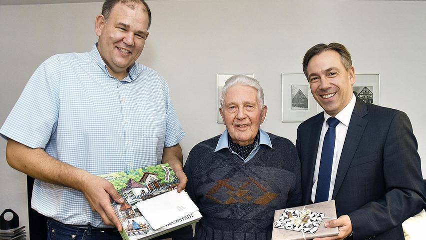 Möhrendorfs Bürgermeister Thomas Fischer (links) und Landrat Alexander Tritthart (rechts) gratulierten Friedrich Folz zum 90. Geburtstag.