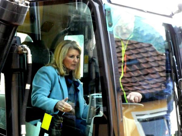 """Bürgermeisterin Dr. Birgit Kreß führte mit schwerem Gerät den ersten """"Baggerbiss"""" in der Gemeindegeschichte aus."""