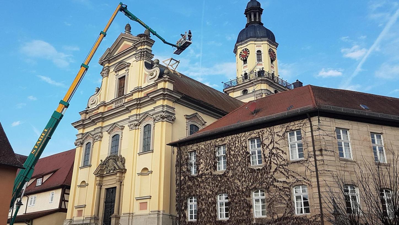 Störche und Kirchgänger sollen hier künftig harmonischer miteinander auskommen: Das Nest auf der evangelischen Kirche in Wilhermsdorf wurde mit etwas Abstand zum Hauptportal auf dem Dach montiert.
