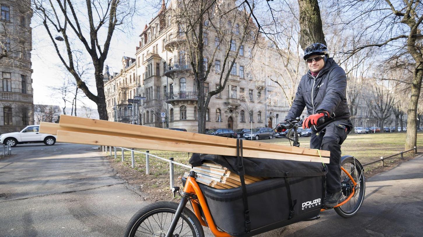 Auch in Fürth sind bereits Lastenräder unterwegs. Hier transportiert der Geschäftsmann Fabian Stocker ein Büroregal.