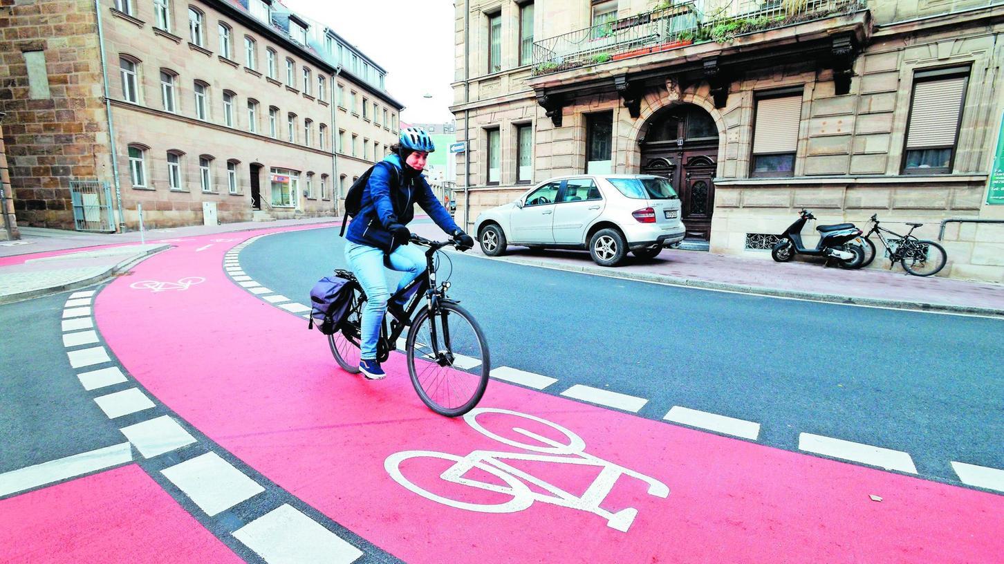 Hier lässt es sich gut klimafreundlich unterwegs sein: In der Fürther Hirschenstraße markiert seit kurzem augenfälliges Pink die Route für die Radler.