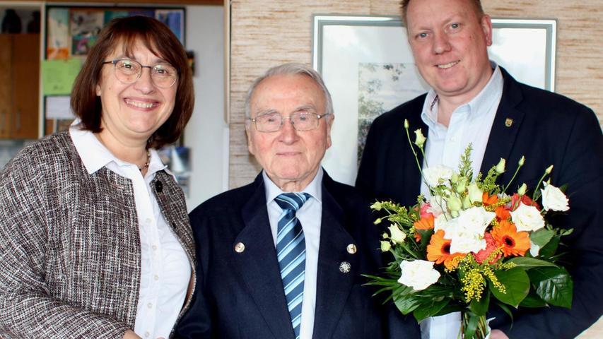 Bürgermeister Norbert Stumpf (rechts) und Vizelandrätin Gabriele Klaußner gratulierten Max Dirsch aus Bubenreuth zum 90. Geburtstag.