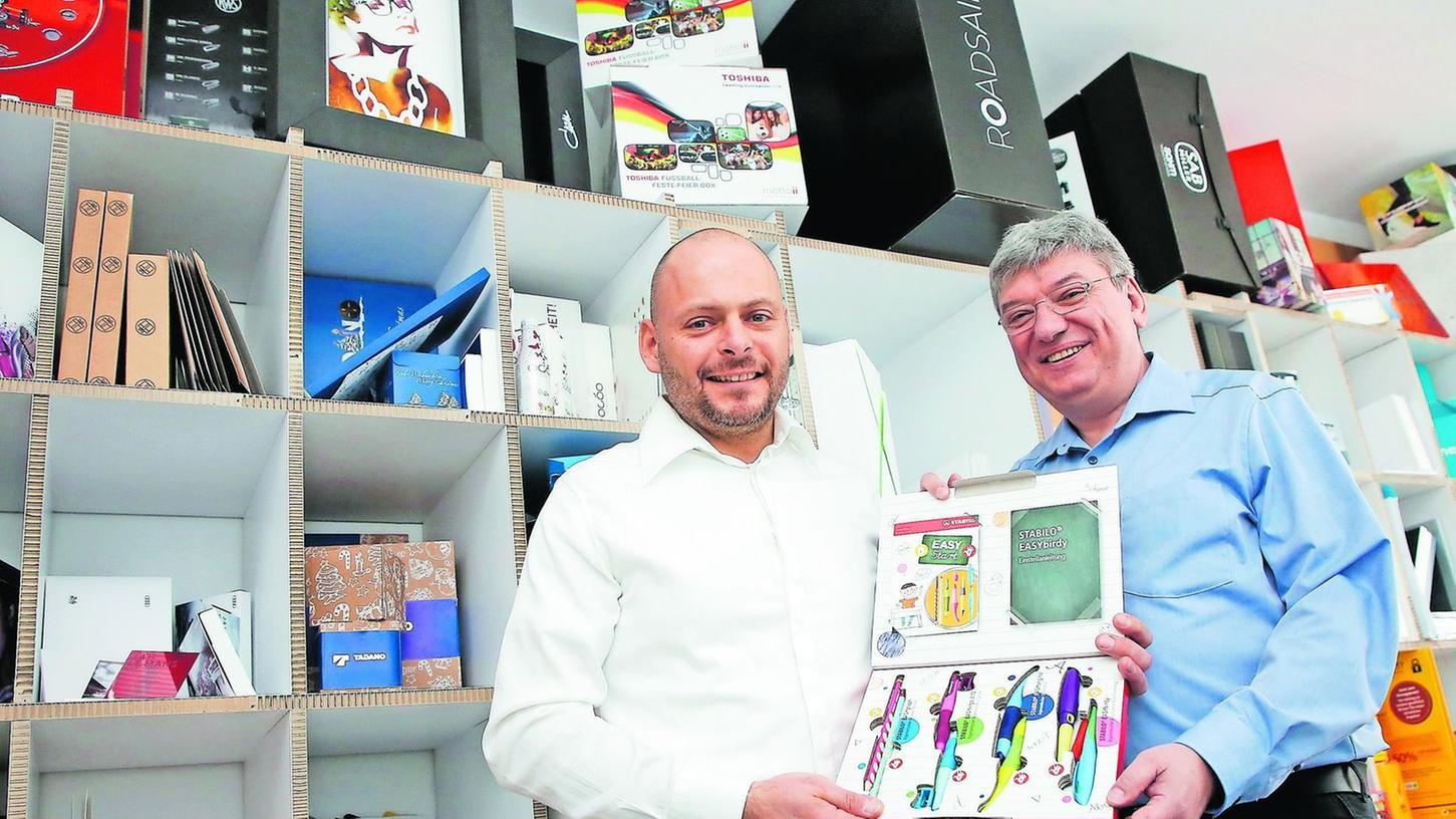 Klaus Hermann (li.) und Klaus Bärthlein entwerfen die Verpackungen. Die Kundschaft ist so exklusiv wie die Geschäftsbeziehung. Namen werden kaum genannt.