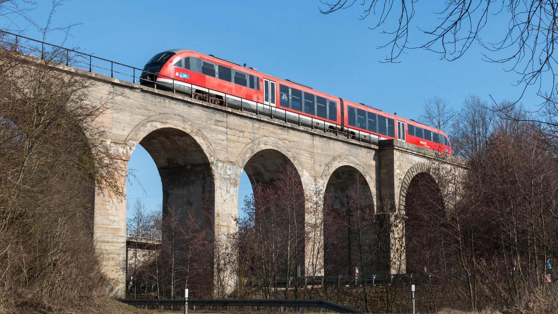 Ein ungewohntes Bild: Auf der Bahnstrecke Gunzenhausen-Wassertrüdingen, hier der Wurmbachviadukt, war ein Personenzug der Deutschen Bahn unterwegs. Die Fahrt diente als Vorbereitung auf die Verbindungen zur Gartenschau in diesem Sommer.