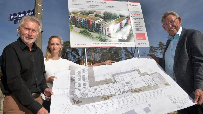 """Paul Breitner, Architektin Linda Hirt und August Lotz (v. l.) präsentieren die Pläne für das neue """"Malteserstift St. Elisabeth"""" neben dem Waldkrankenhaus. 20 Millionen Euro soll das Projekt kosten."""