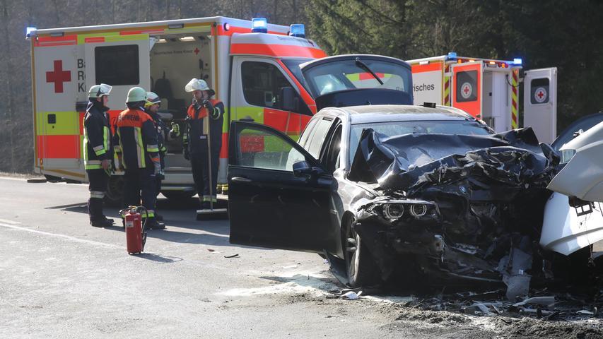 Am Donnerstagmorgen (28.02.2019) kam es auf der B173 auf der Höhe des Schwarzenbacher Ortsteils Schübelhammer (Lkr. Hof) zu einem schweren Verkehrsunfall. Aus ungeklärter Ursache übersah ein Autofahrer beim Überholen eines Lastwagens einen entgegenkommenden Kleinbus. Der Fahrer des Kleinbusses musste nach dem Unfall schwer verletzt mit einem Rettungshubschrauber in ein Krankenhaus eingeflogen werden. Auch der Unfallverursacher und der Beifahrer, der sich ebenfalls im Kleinbus befand, erlitten schwere Verletzungen. Die Staatsanwaltschaft bestellte einen Gutachter zur Unfallstelle. Dieser soll klären, wie es zu dem schweren Unfall kommen konnte. Foto: NEWS5 / Fricke Weitere Informationen... https://www.news5.de/news/news/read/15027