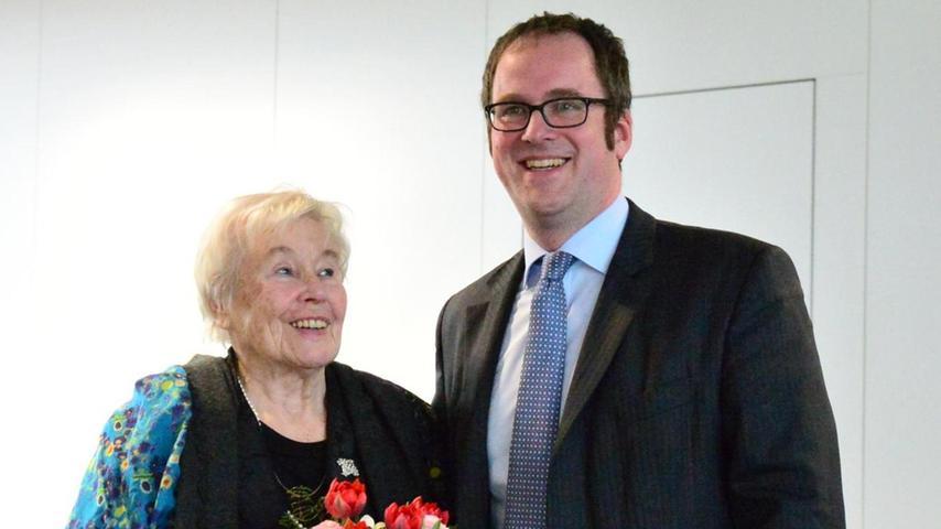 Ursula Rechtenbacher freut sich über die Blumen, die ihr Oberbürgermeister Floian Janik zum 85. Geburtstag überreichte.