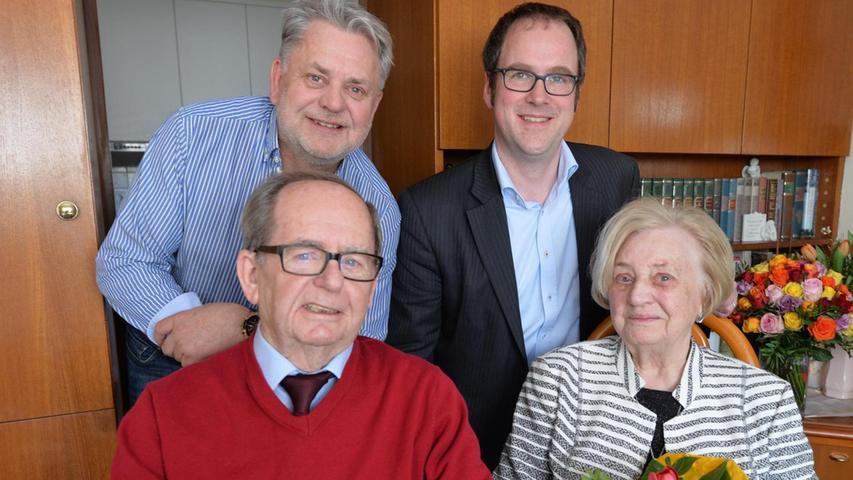 Ella und Georg Kern haben ihre Eiserne Hochzeit gefeiert. Zum Gratulieren kamen OB Florian Janik (r.) und Sohn Peter Kern.