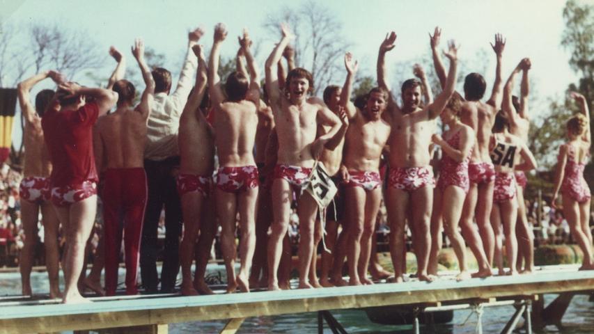 Ein proppenvolles Parkbad, Live-Übertragung im TV, die ganze Stadt in Wettbewerbslaune und ein Sieg in letzter Minute: Das Spiel ohne Grenzen in Schwabach anno 1971 war wahrlich ein besonderes Ereignis. Die Beteiligten erinnern sich immer noch gern an diesen Höhepunkt. Im Bild: Diese Gesichter sagen alles: Das Schwabacher Team konnte nach der spannenden Aufholjagd sein Glück kaum fassen.