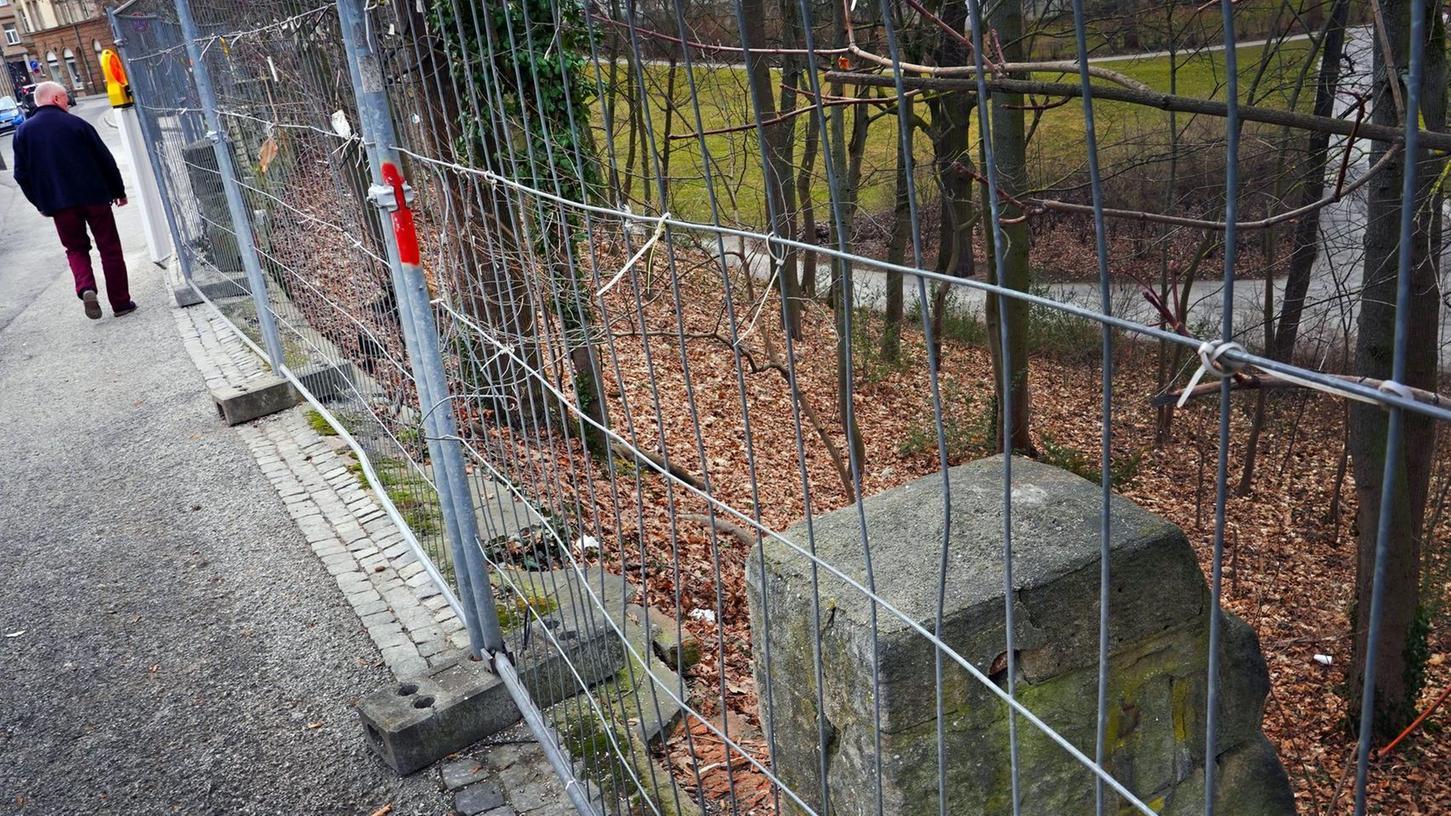 """""""Vorübergehende Sicherungsmaßnahme"""": Seit Jahren verschandeln Bauzaunelemente den Weg vom und zum Stadtparkeingang beim Babylon-Kino in der Engelhardtstraße."""