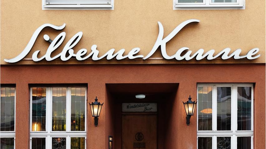 Die Silberne Kanne in Nürnberg bringt echtes Biergarten-Feeling in die Südstadt. Das Gasthaus lockt mit einer feinen fränkischen Küche, fränkischen, süffigen Bieren und gutem Wein. Unweit vom Bahnhof gelegen lädt die Silberne Kanne in ihren großen, gemütlichen Biergarten mit alten Kastanienbäumen ein. // Breitscheidstraße 15, 90459 Nürnberg