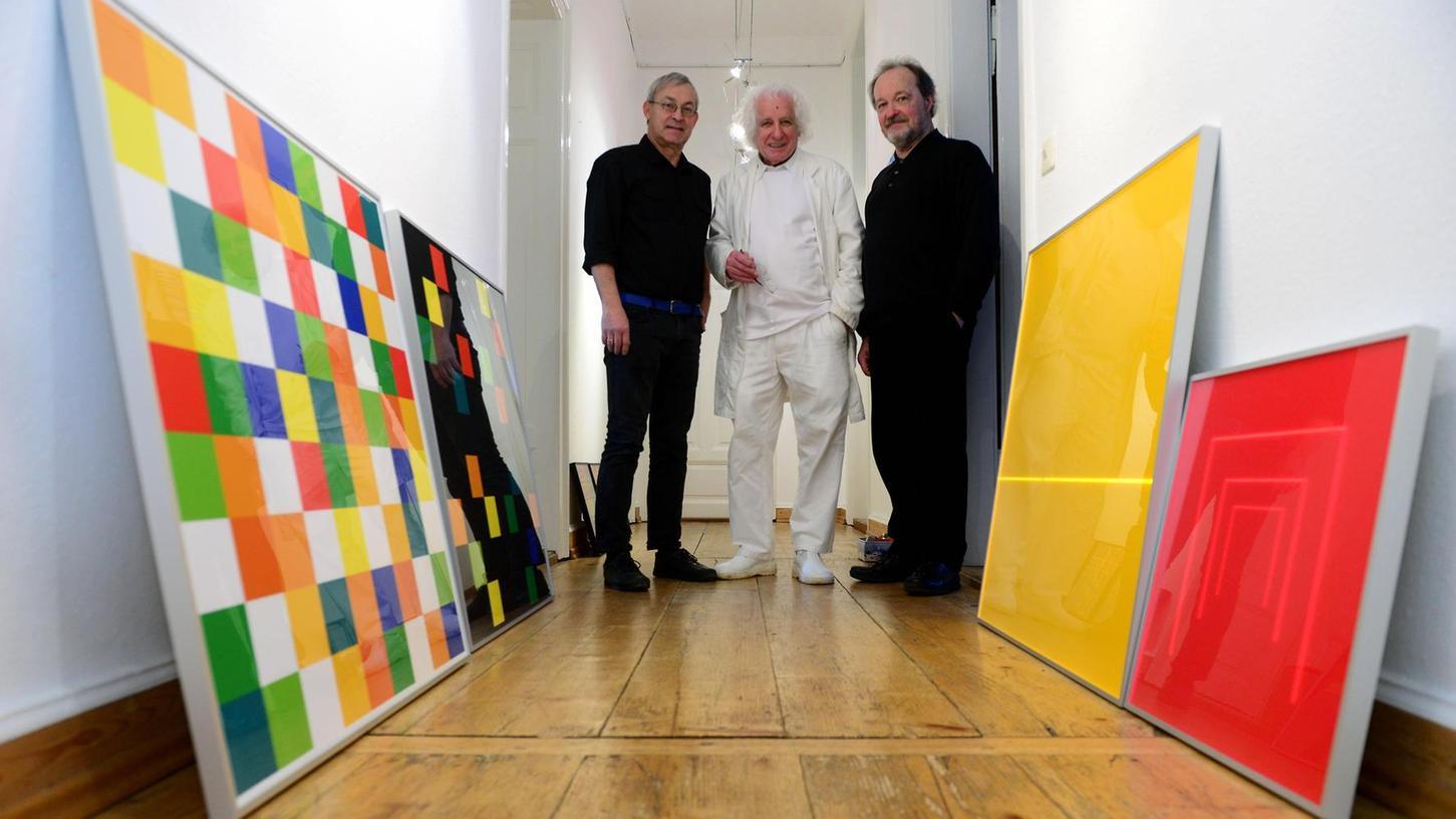Gerhard Hotter (von links), Hellmut Bruch und Josef Linschinger beim Einrichten ihrer spannenden Ausstellung in der Fürther Galerie in der Promenade.