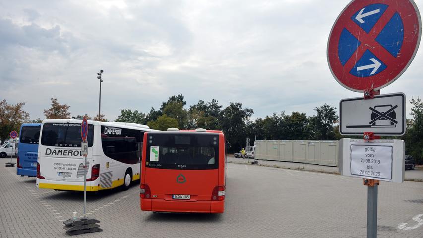 Ein Teil des Großparkplatzes, auf dem jetzt die Busse abgestellt werden, wird als Lagerfläche und Baubüro dienen.