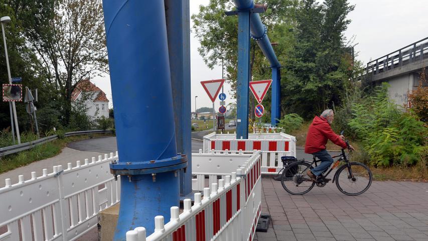 Sichtbar sind die Rohre aktuell, sie führen direkt über den Radweg.