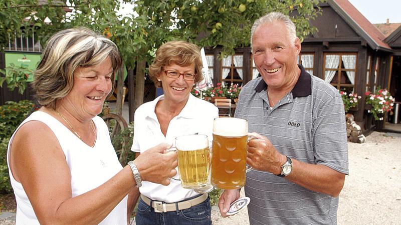 «Hoch die Krüge», heißt es am Wochenende im Biergarten «Obstgärtla» - vorausgesetzt, das Wetter spielt mit.