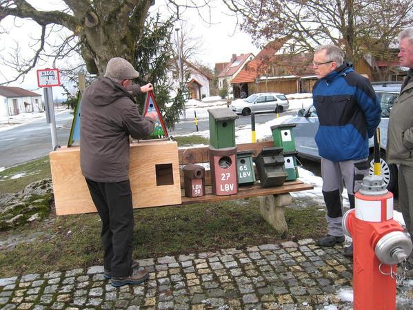Vogelexperte Günther Eichler erklärt in Sollenberg die verschiedenen Nistkasten-Typen.
