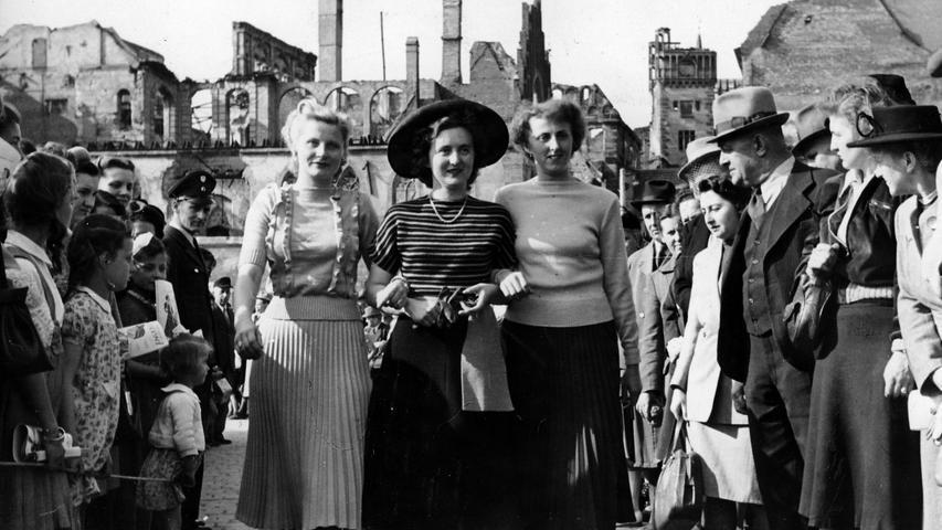 """1950 gelang es ihr, eine improvisiert wirkende Modenschau auf dem Hauptmarkt als kleine Flucht aus dem noch sehr beschwerlichen Alltag der Frauen in der Trümmerzeit punktgenau einzufangen.  Auf mondäneren Laufstegen brachte ihr der eigene Hosen-Look manchmal Ärger ein. Sie erinnerte sich in einem Gespräch für das Nürnberger Frauengeschichtsbuch 1999: """"Was ich gelitten habe, dass ich Hosen trug. Das war doch völlig verpönt. Wenn da Modeschauen waren, wollten sie mich nicht mit Hosen haben.""""  (aus einem Interview mit Gaby Franger)"""