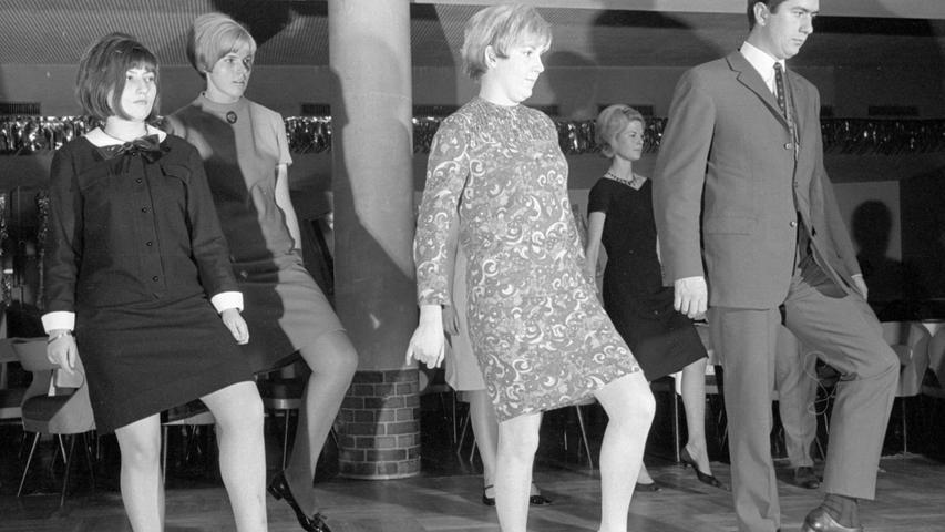 """Ende der 1960er: Die Kleider der Frauen waren kürzer und Bein-zeigen nicht mehr verpönt. Beim Kurs für den Modetanz Slop war Gerardi noch mal für die NN unterwegs, dann wechselte sie zum Hochbauamt der Stadt. Dort brachte sie """"Licht in die kommunale Dunkelkammer"""", so Kollege Buhl nach ihrem Tod. Für die Stadt gab sie die ersten Bildbände mit historischen Fotos in der Reihe """"Nürnberger Erinnerungen"""" heraus. Im Dürer-Jubiläumsjahr 1971 gingen ihre Bilder vom Christkindlesmark und den Feierlichkeiten in alle Welt."""