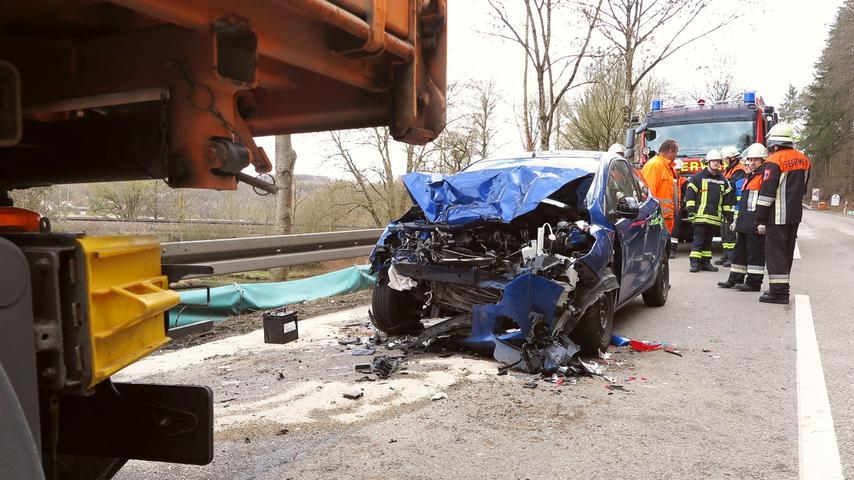 Völlig zerstört wurde das Auto eines 79-jährigen Solnhofeners, der ungebremst auf einen Lastwagen des Straßenbauamts auffuhr. Der Mann kam schwerverletzt ins Krankenhaus.