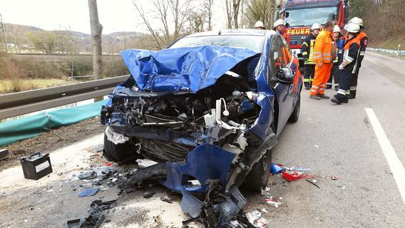 Schwerer Unfall bei Treuchtlingen: Ungebremst unter Lastwagen