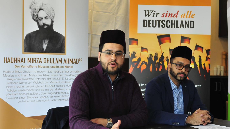 Imam Mansoor Ghuman (li.) erklärt die Idee der Kampagne. Der Nürnberger Sabahodin Ahmed kümmert sich um die Organisation im Landkreis Forchheim.