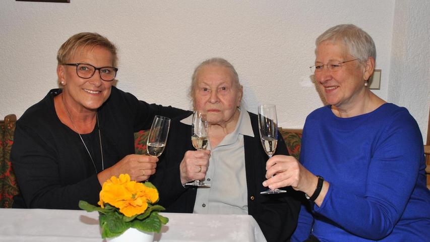 In Hagenbach kennt sie so gut wie jeder. Mehrere Jahrzehnte war Gunda Löw, die ihren 95. Geburtstag gefeiert hat, das prägende Gesicht der gleichnamigen Bäckerei.Diese hatte sie 1960 mit ihrem 2009 verstorbenen Ehemann Hans Löw übernommen und zu beachtlicher Größe geführt. Regelmäßig für sie selbst die Ware in der näheren Umgebung aus, ehe 1977 der Umzug an den neuen Standort am Ortseingang erfolgte. Auch nach der Übergabe an Sohn Bernhard stand sie mit Rat und Tat zur Seite. Gunda Löw wurde in Oberzaunsbach als älteste von drei Schwestern geboren. Ihre Eltern führten dort das damalige Gasthaus