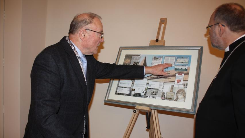 Roland Göckert, Initiator der Bürgerinitiative Pro Kloster in Heidenheim, überreichte Dekan Klaus Kuhn eine Collage, die an die wichtigsten Stationen der Bürgerinitiative erinnert.