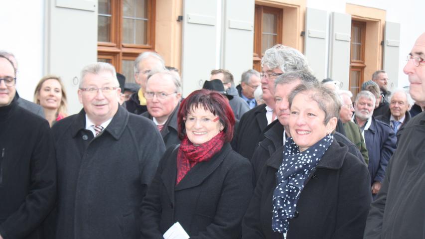 Heidenheims Bürgermeisterin Susanne Feller, die stellvertretende Bezirkstagspräsidentin Christa Naaß, Landndrat Gerhard Wägemann (von rechts) und viele weitere Gäste vor der Pforte des Sanierten Westflügels.