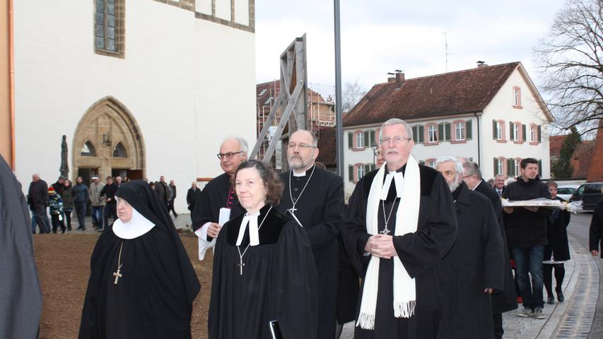 Die Heidenheimer Dekanin Annette Kuhn mit Mutter Franziska, ehemalige Äbtissin der Abtei St. Waldburg und der Heidenheimer Dekan Klaus Kuhn mit Oberkirchenrat Christian Schmidt.