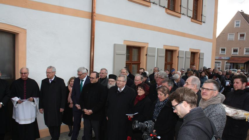 Viele Vertreter des öffentlichen Lebens, aber auch viele Einheimische wollten den historischen Moment der Wiedereröffnung des Heidenheimer Münsters nicht verpassen.