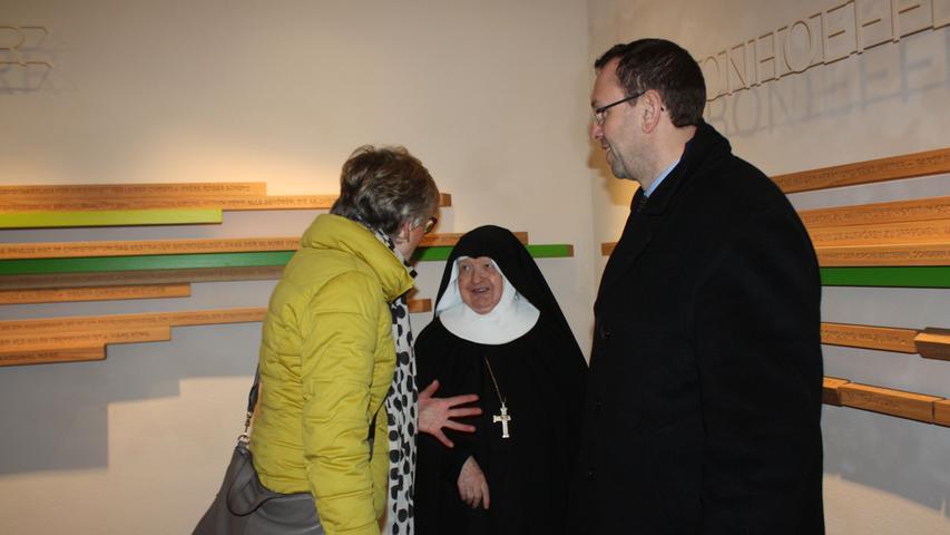 Mutter Franziska von der Abtei St. Walburg in Eichstätt im Gespräch mit Besuchern der neu gestalteten Ausstellung.