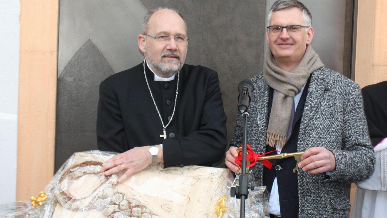 Noch ist die Klosterpforte geschlossen, doch Architekt Hans-Heinrich Häffner hat für Dekan Klaus Kuhn zwei Schlüssel dabei: ein Exemplar aus Metall und eines aus Brotteig, natürlich samt dem obligatorischen Salz.