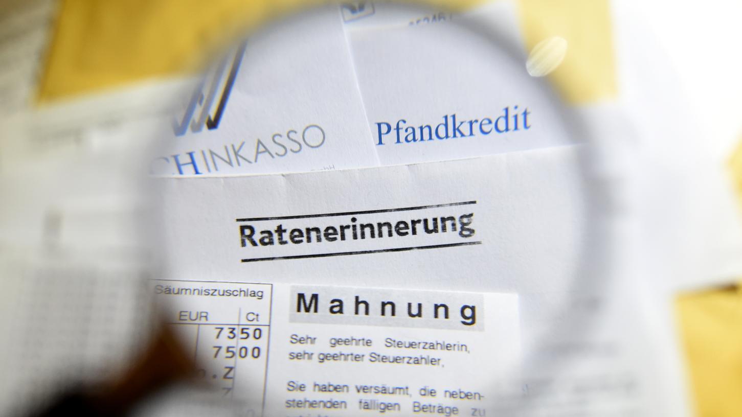 Immer wieder erhalten Menschen Schreiben von angeblichen Inkassounternehmen mit denen Betrüger versuchen, Geld zu ergaunern.