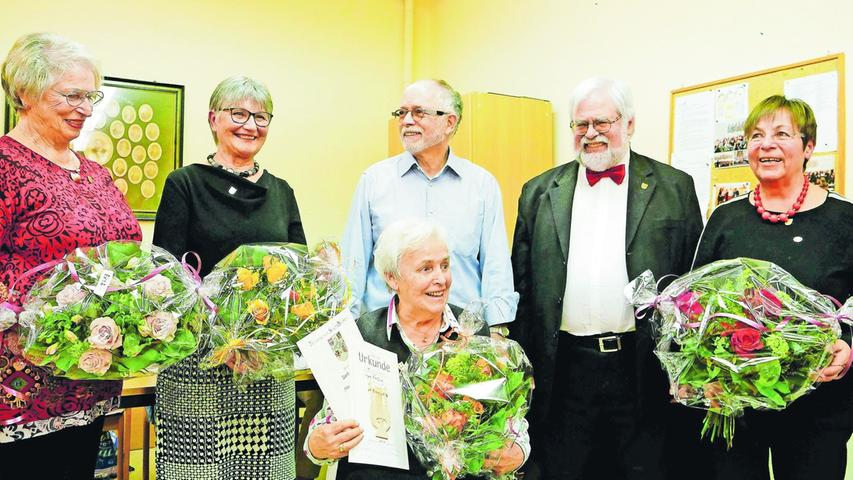 Ausgezeichnet: Erika Schneider für 10 Jahre, Gertraud Thierauf für 25 Jahre, Ingrid Hirschberg für 40 Jahre und Lydia Löhmer sogar für 50 Jahre aktives Singen im Singverein Uttenreuth.
