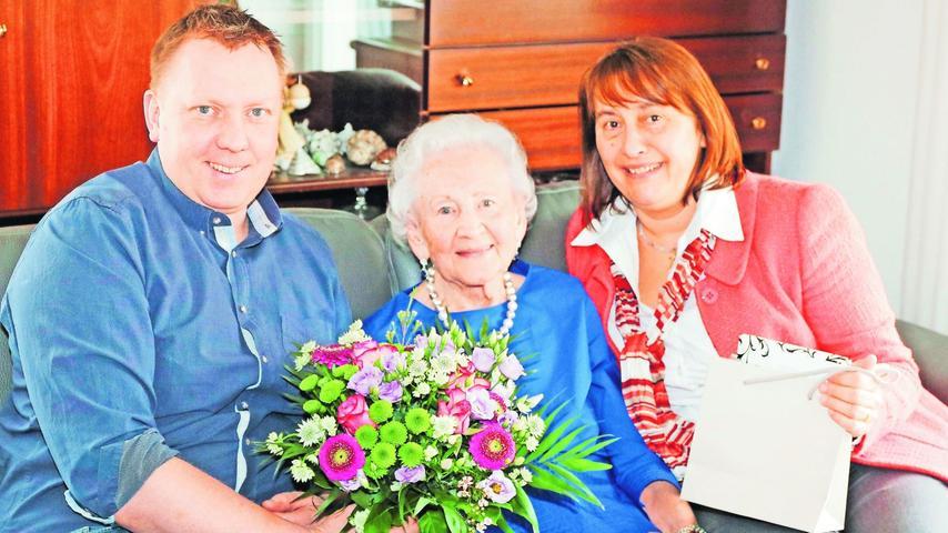 Ihren 90. Geburtstag hat bei bester geistiger und körperlicher Gesundheit Christine Amann gefeiert. Bürgermeister Norbert Stumpf und Vize-Landrätin Gabriele Klaußner nahmen das Geburtstagskind in ihre Mitte.
