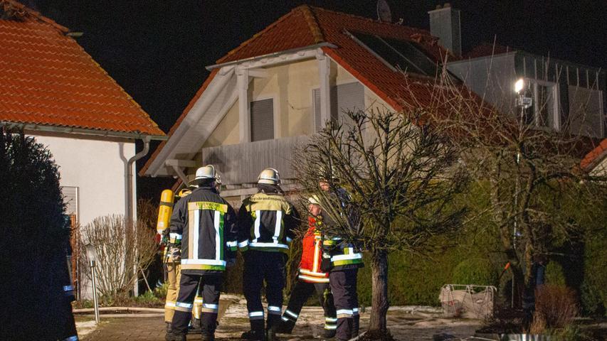 In den frühen Abendstunden des Montags (11.03.2019) wurde die Feuerwehr nach Deining (Lkr. Neumarkt) zu einem Wohnungsbrand gerufen. Als die Kameraden in der Pfarrer-Breindl-Straße eintrafen, tobte das Feuer schon mit voller Wucht und zerstörte den gesamten Dachstuhl. . . Aus der Dachgeschosswohnung, wo noch aus ungeklärter Ursache der Brand ausbrach, retteten die Mitglieder der Feuerwehr die 52-jährige Bewohnerin. Leider verstarb diese noch am Unglücksort. Die Wohnung brannte laut derzeitigen Angaben der Polizei komplett aus. Mit den Nachlöscharbeiten waren die Kameraden längere Zeit beschäftigt, denn der Wind fachte immer wieder Flammen aus Glutnestern auf. Zur Ermittlung der Brandursache wurde die Kriminalpolizei hinzugezogen. Foto: NEWS5 / Schmelzer Weitere Informationen... https://www.news5.de/news/news/read/15111DEINING, Lkr. Neumarkt/Opf.: Am Montag, 11. März 2019, gegen 19.30 Uhr, brannte der Dachstuhl eines Einfamilienhauses komplett ab. Im 1. OG des Wohnhauses wurde die 51jährige Bewohnerin von der Feuerwehr aufgefunden und tot geborgen. Der Sachschaden bewegt sich im sechsstelligen Bereich. Am Montag, den 11.03.2019, gegen 19.30 Uhr ging bei der Integrierten Leitstelle Regensburg ein Notruf über einen Dachstuhlbrand in Deining ein. Von der Integrierten Leitstelle wurden die Feuerwehren Neumarkt, Deining, Leutenbach und Unterbuchfeld sowie der Rettungsdienst alarmiert. Beim Eintreffen der Einsatzkräfte brannte der Dachstuhl des Einfamilienhauses bereits komplett. Von der Feuerwehr konnte im 1. Obergeschoss des Hauses, die sich alleine im Haus befindende Hausbewohnerin, geborgen werden. Im Rettungswagen vor Ort konnte nur mehr der Tod der Hausbewohnerin festgestellt werden. Der Sachschaden an dem Wohnhaus bewegt sich im sechsstelligen Bereich. Die Ermittlungen vor Ort wurden von der Kriminalpolizeiinspektion Regensburg übernommen.