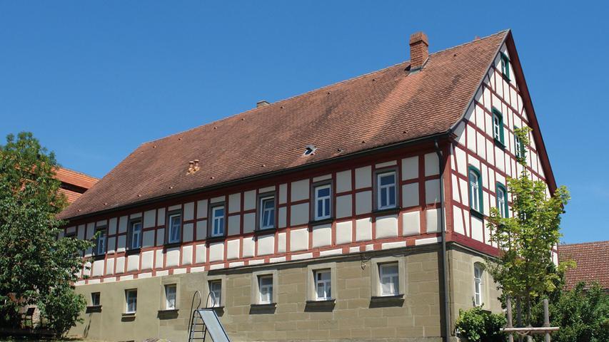 Leicht erhöht und mit dem Giebel zur Straße liegt in Altheim bei Dietersheim das Anwesen Nr. 47 mit seinem stattlichen Bauernhaus von 1874. Es bildet mit einem Scheunenbau von 1918, das rückwärtig den Hofraum abschließt, und einem gegenüberliegenden Nebengebäude eine für die Gegend klassische dreiflügelige Hofanlage. Das imposante Wohnstallhaus ist durch ein konstruktives Fachwerk über einen Werksteingeschoss charakterisiert und zeugt in seinen Ausmaßen von acht zu vier Fensterachsen vom Wohlstand seiner Erbauer. Die Fassade mit den regelmäßig gereihten Stichbogenfenstern fasst den Wohn- und Stallteil des Bauernhauses optisch zusammen.