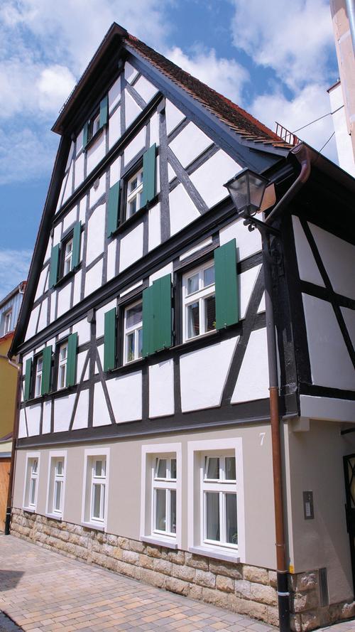 Am östlichen Rand der Altstadt von Bad Windsheim liegt in der Fuchsengasse 7 das sogenannte Blutrichterhaus. Im Straßenverlauf zeichnet sich der giebelständige, zweigeschossige Krüppelwalmdachbau durch sein konstruktives Fachwerk im Obergeschoss aus. Die stadtgeschichtliche Bedeutung des Hauses zeigt sich, wenn man bedenkt, dass die Umgebung zur Erbauungszeit durch eingeschossige und deutlich schlichtere Bauten geprägt gewesen sein muss. Während der jüngsten Sanierung konnte dendrochronologisch die bisher angenommene Bauzeit 1622 auf 1581 konkretisiert werden. Das Scharfrichterhaus entstand also nicht während, sondern noch vor der für Windsheim verheerenden Katastrophe des Dreißigjährigen Krieges. Im Zuge einer Umbaumaßnahme in den 1950er-Jahren und bedingt durch eine Erhöhung des Straßenniveaus hatte man den Eingang von der Mitte der Giebelseite auf die östliche Traufseite verlegt und wenig später auch die ursprüngliche Fenstersituation geändert. Die Hofseite wurde im Laufe der Jahre mit Um- und Anbauten stark verunklärt.