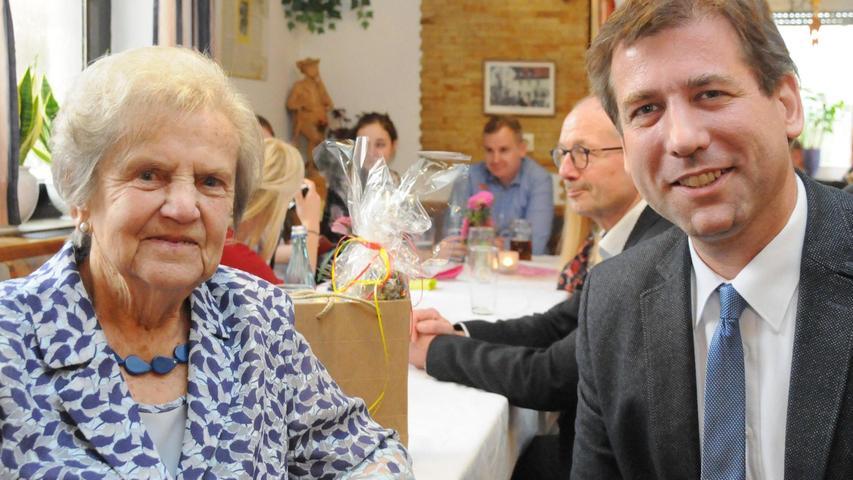 Franziska Kohler freute sich, dass Landrat Herrmann Ulm als Gratulant zu ihrem 90. Geburtstag kam.