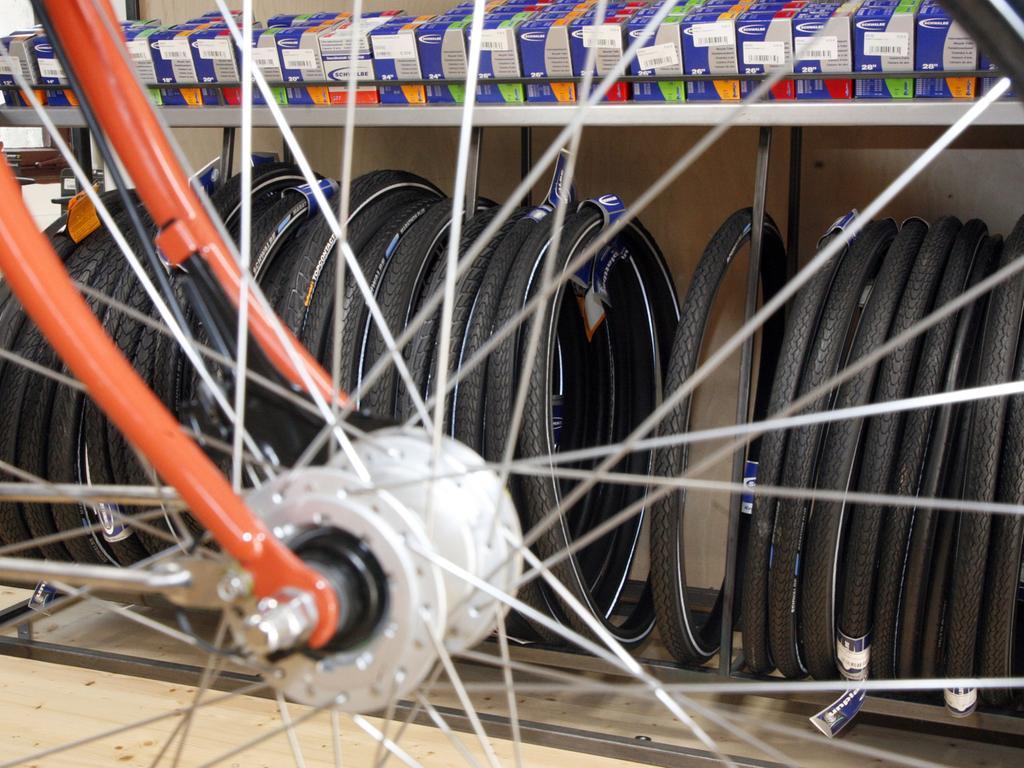 Foto Roland Fengler MOTIV: Fahrrad - Geschäft pedalkraft, Roonstraße. Hier: Speichen und Reifen. Pedalkraft ist übrigens Mitglied im Verbund selbstverwalteter Fahrradbetriebe (VSF). Dieser bietet uns einen optimalen Erfahrungsaustausch. Ab Mitte Juni wird Pedalkraft Nürnbergs erstes Fahrradfachgeschäft mit der Qualitätszertifizierung VSF ..all-ride Werkstatt sein
