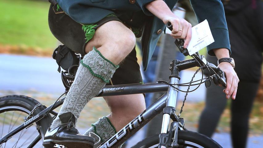 7. Nicht zu unterschätzen: die richtige Sattelhöhe! Bei Kinderrädern muss man sie eh regelmäßig einstellen. Dabei gilt zu beachten: Das Knie darf beim unten stehenden Pedal nicht ganz durchgestreckt sein — man sollte mit den Zehenspitzen auf den Boden kommen.