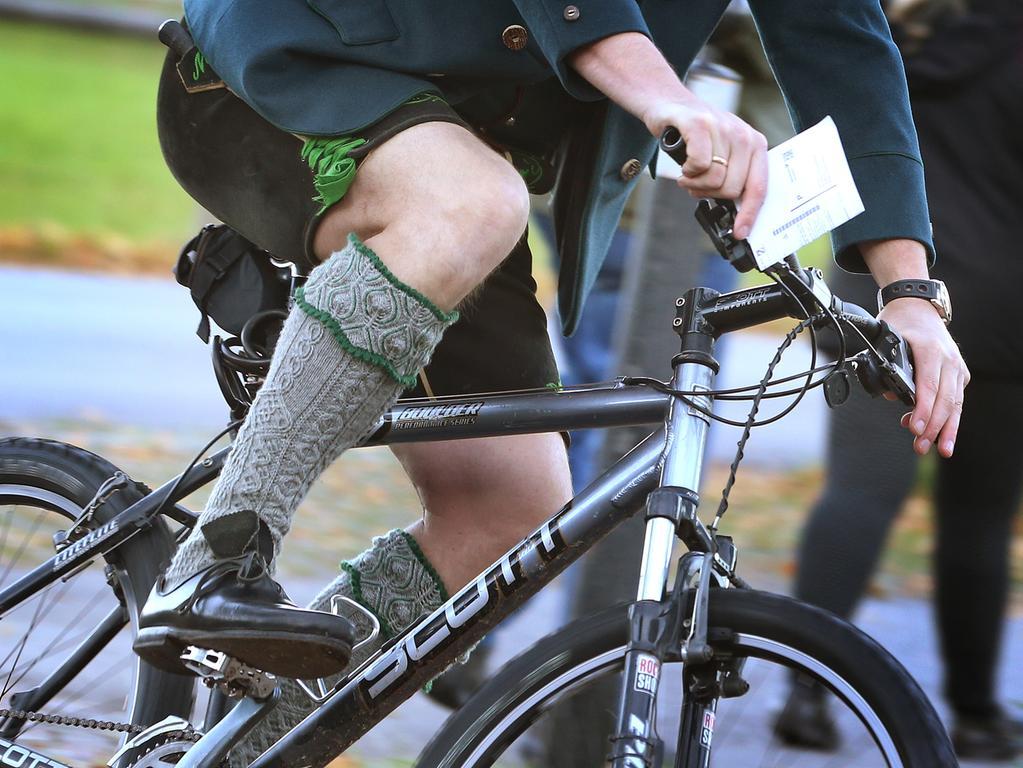 14.10.2018, Bayern, Schwangau: Ein Mann in bayerischer Tracht fährt auf einem Fahrrad zum Wählen. Foto: Karl-Josef Hildenbrand/dpa +++ dpa-Bildfunk +++