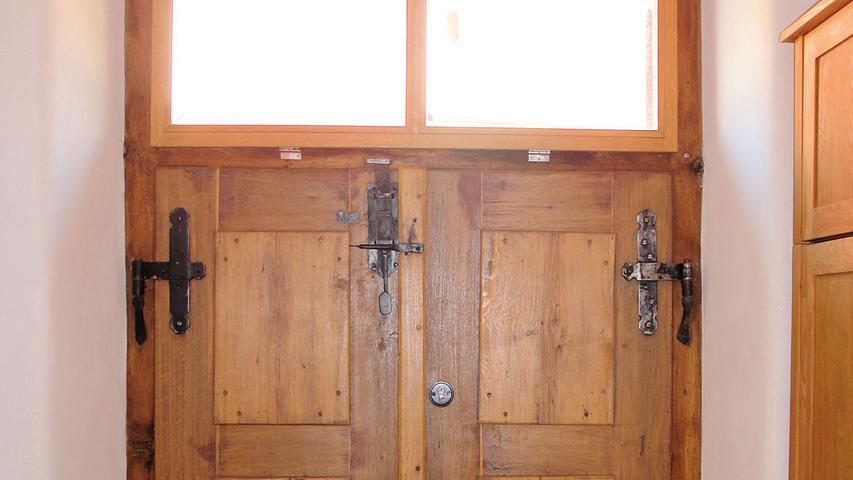 Im Inneren wurde der durch Umbauten verunklarte, historische Grundriss wiederhergestellt. Abgehängte Decken hat man rückgebaut und die den früheren Schulsaal aufteilenden Wände entfernt. Die Modernisierung gelang im Hinblick auf die zukünftige Wohnnutzung denkmalbewusst. So wird die großzügige Raumwirkung durch Türen und Abtrennelemente aus Glas nicht beeinträchtigt. Dämmputz isoliert nun die Wände von innen. Im Erdgescoss folgte eine Bodendämmung nach Aushub und Neuaufbau des Bodens, was – wie fast alle Arbeiten – die Eigentümerfamilie selbst übernommen hat. Deren beachtliche Eigenleistung ist, vor allem in Anbetracht des Vorzustands, besonders hervorzuheben. Mit der gelungenen Sanierung des Schulhauses ist ein Lehrbeispiel für den bewussten Umgang mit historischer Bausubstanz entstanden.