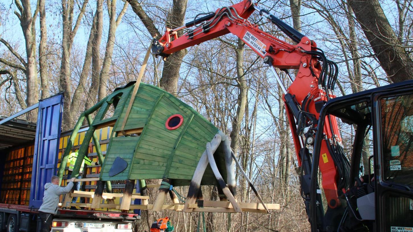 Fliegender Fisch: Mario Bohlmann und David Flicke (im Bagger) holen dem Korpus des Karpfenspielgeräts vom Lastwagen, um ihn alsdann auf den Spielplatz im Kurpark zu transportieren.