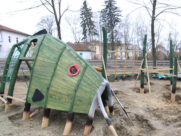 Auf einem im Kurpark Bad Windsheim gelegenen Spielplatz ist das neue, multifunktionale Karpfenspielgerät eingetroffen.