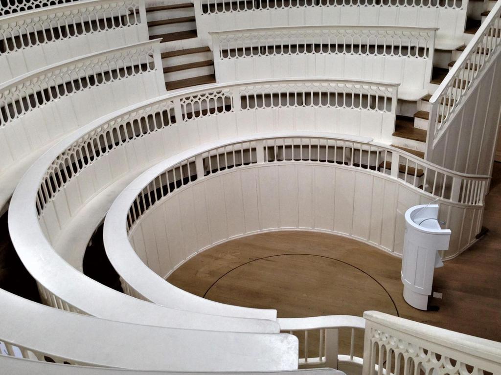 In der Mitte des Theaters fuhr ein Aufzug tote Pferde in den Hörsaal. Foto: Harald Baumer