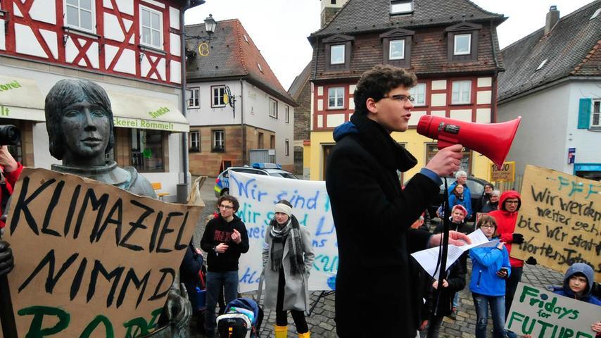 Der Herzogenauracher David Niewelt dankte den Schüler für ihr Kommen. Hinten (schwarzes Shirt) ist Hauptinitiator Thilo Schaufler zu sehen.