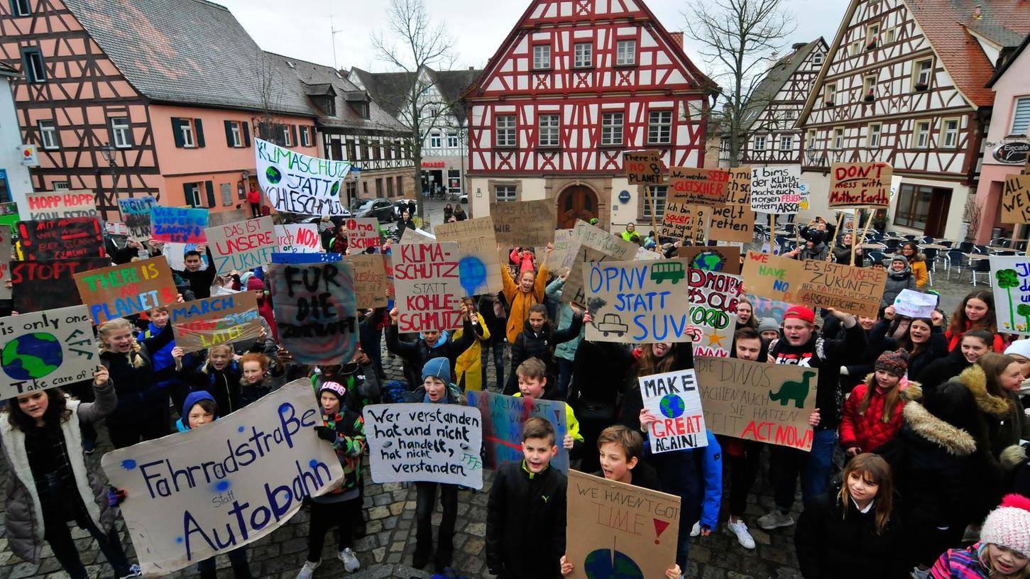 Über 200 Schülerinnen und Schüler demonstrierten am Marktplatz für eine offensivere und nachhaltige Klimapolitik.