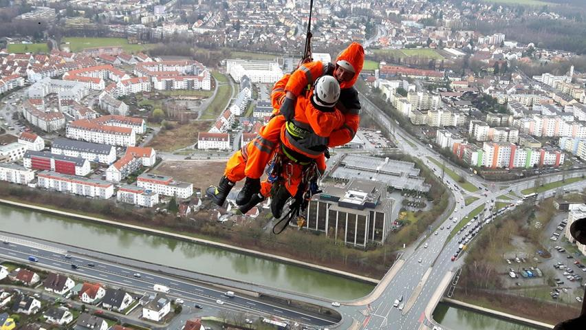 Bei einer weiteren Übung ließen sich die Höhenretter in über 200 Metern Höhe von der dritten auf die zweite Plattform des Fernsehturms abseilen.